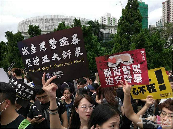 """홍콩인 43.5%, 홍콩정부 신뢰 '빵점'…13.5% """"중국軍 투입 가능성"""""""