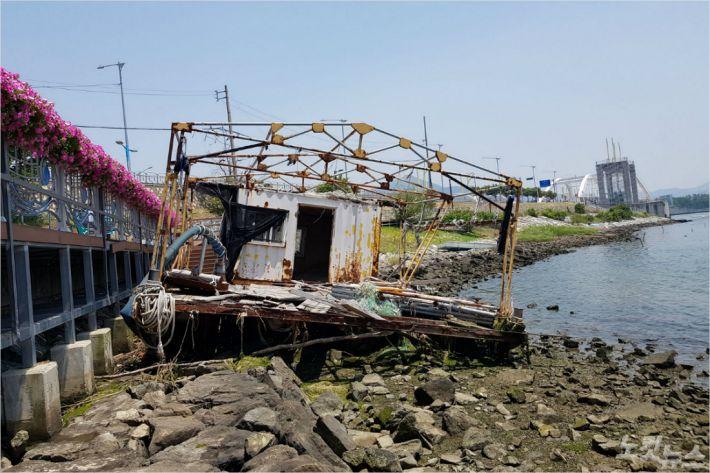 태풍 불면 돌아오는 방치 바지…환경·건강 위협