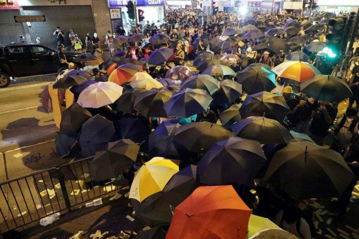 끝나지 않은 홍콩 시위…지하철역 폐쇄·최루탄 발사도