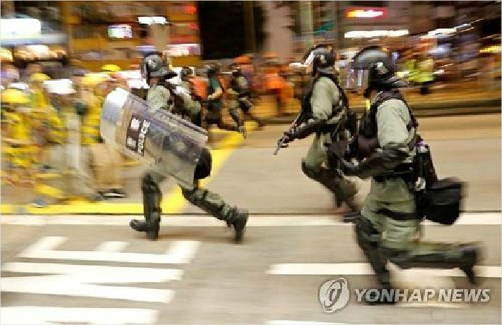 홍콩, 송환법 철폐선언 후 첫 주말…시위대·경찰 충돌