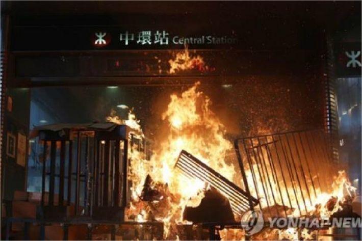"""[홍기자의 쏘왓] """"홍콩 시위에 성조기가 펄럭""""…홍콩 사태 남 일 아닌 이유"""