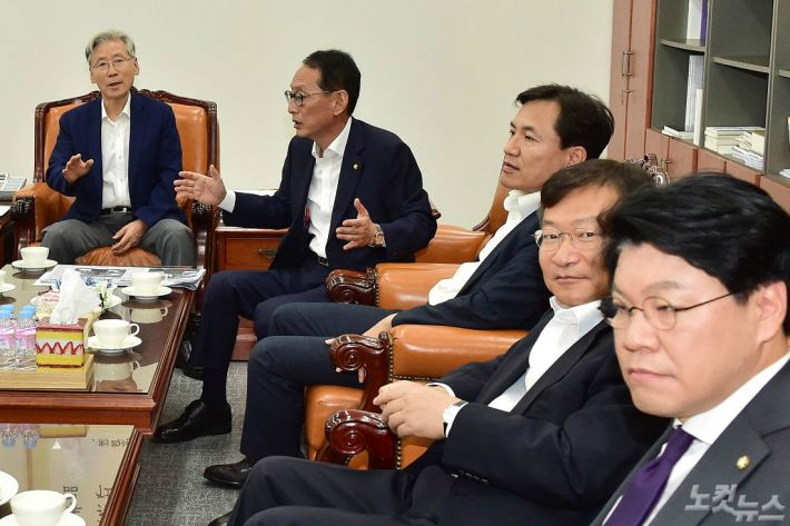 한국당 법사위원, 법무부 차관 불러 '조국' 질의