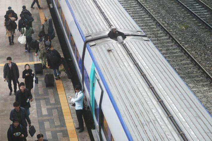 철도노조 준법투쟁에 열차 지연…수험생 불편 가중