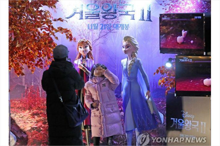 """""""'겨울왕국' 조용히 보고파"""" vs """"혐오 키우는 노OO존 그만"""""""