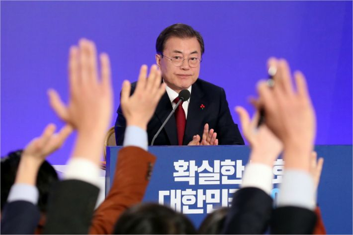 """문 대통령 신년회 """"진솔"""" vs. """"선전포고""""…여야 극명한 대비"""