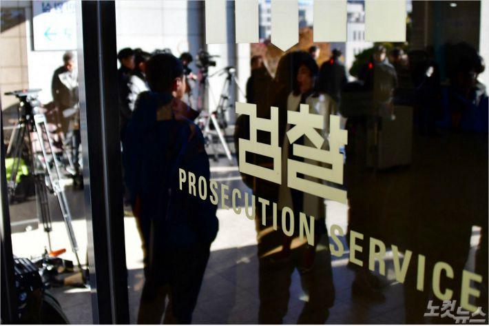 '조국 무혐의' 의견 반부패부장, 공소장과 '시각차'