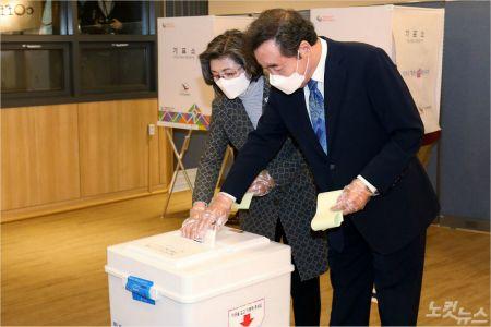 투표 마친 이낙연