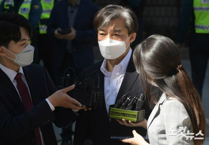 """'피고인' 조국 첫 재판 출석…""""지치지 않고 싸우겠다"""""""