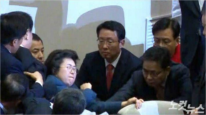 [정알못]'엘보우'까지 맞는 극한직업, 국회의장