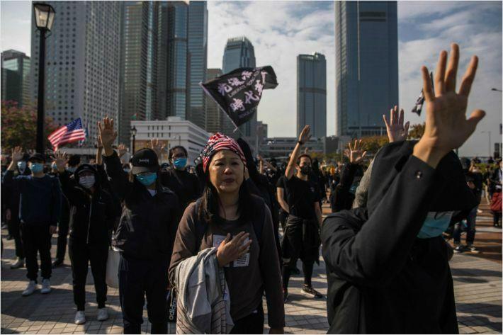 """홍콩 15세~39세 젊은이 절반 """"홍콩 떠나고 싶어"""""""