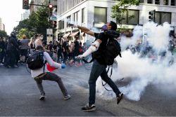 경찰에 쫓긴 美시위대 60명에 문 열어준 집주인