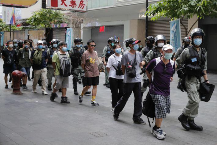 홍콩 보안법 시행 첫날 시위자 200여명 체포