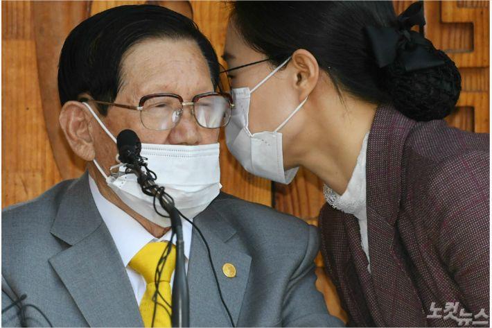 코로나 방역방해·횡령 신천지 이만희…검찰 소환 조사