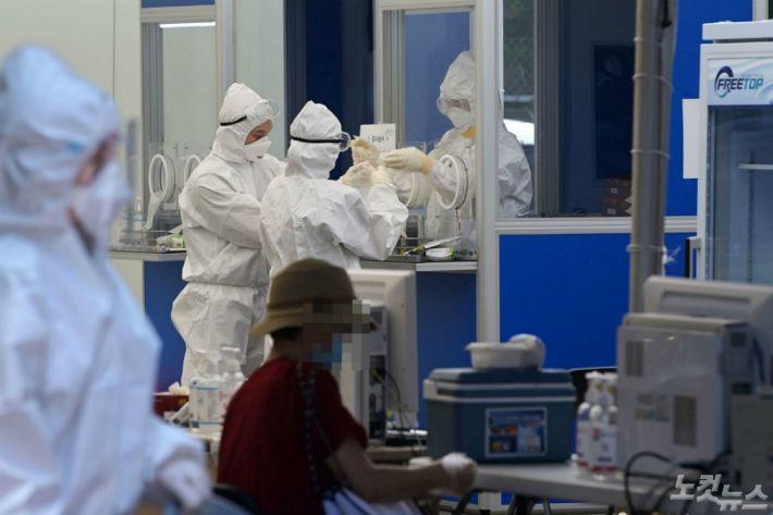 코로나19 지역발생 이틀째 30명으로 급증