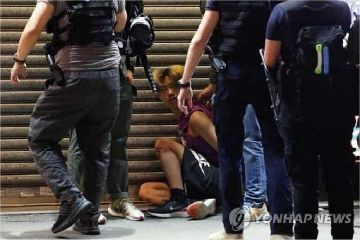 홍콩인들 서슬퍼런 보안법에도 다시 거리로…300명 체포