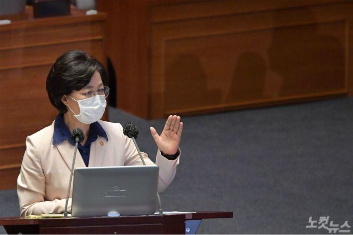"""'추미애 지키기'로 굳힌 민주당…""""과도한 옹호에 더 악화"""" 역풍도"""