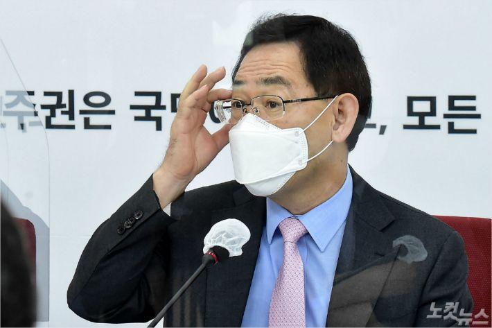 """주호영 """"윤미향, 사퇴해야…검찰 수사도 반쪽"""""""