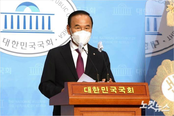 '이해충돌' 의혹 박덕흠 의원 돌연 탈당 충북 정가 촉각