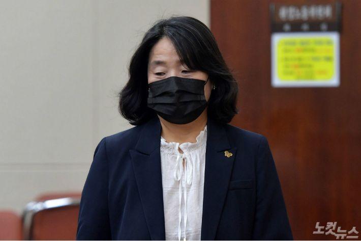 """윤미향 변호인 """"자료 방대, 재판 미뤄 달라""""…11월로 연기"""