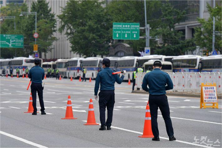 [Why뉴스]경찰은 왜 과잉 논란에도 광화문집회 원천봉쇄 할까?