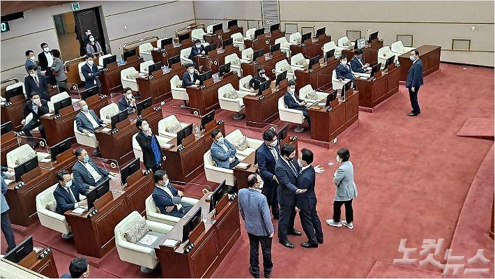 경남도의회, 의장 불신임안 처리 둘러싸고 네번째 파행