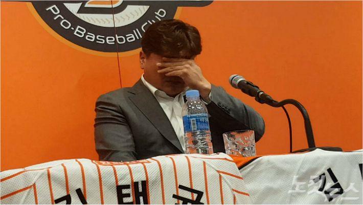 """[영상]'은퇴' 눈물 훔친 김태균 """"한화 선수라서 행복했다"""""""
