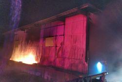 김제서 농기계 보관창고 화재…나락 6톤 불에 타