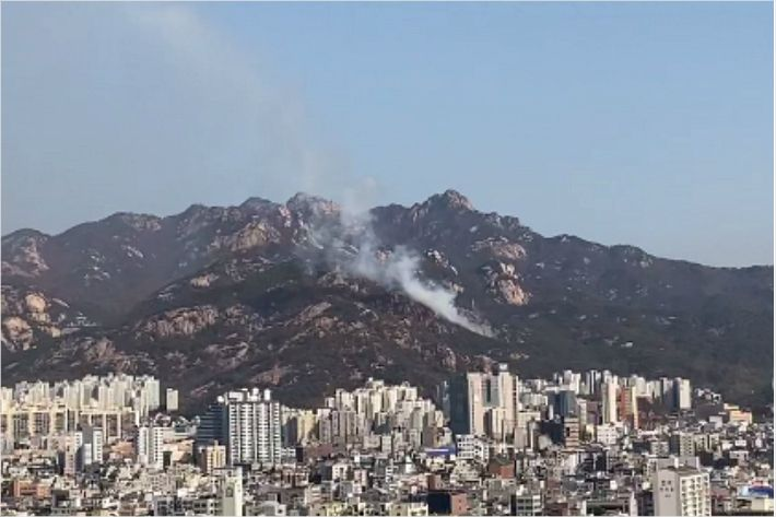 서울 북한산 족두리봉 화재…소방당국 '대응 1단계' 발령