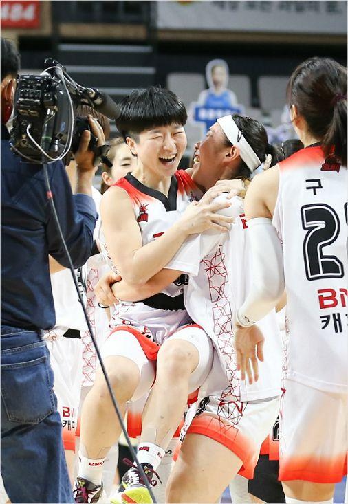 女 농구 BNK, 접전 끝에 우리은행 격침
