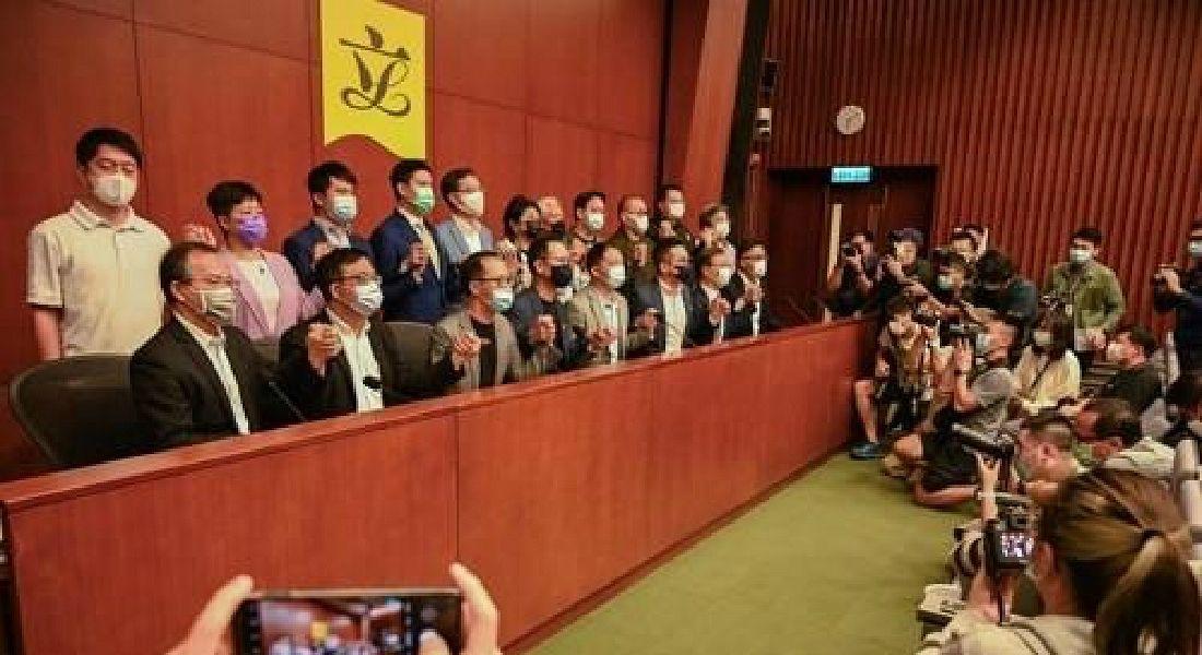"""홍콩 야당 의원 4명 의원직 박탈…동료들 """"우리도 사퇴"""""""