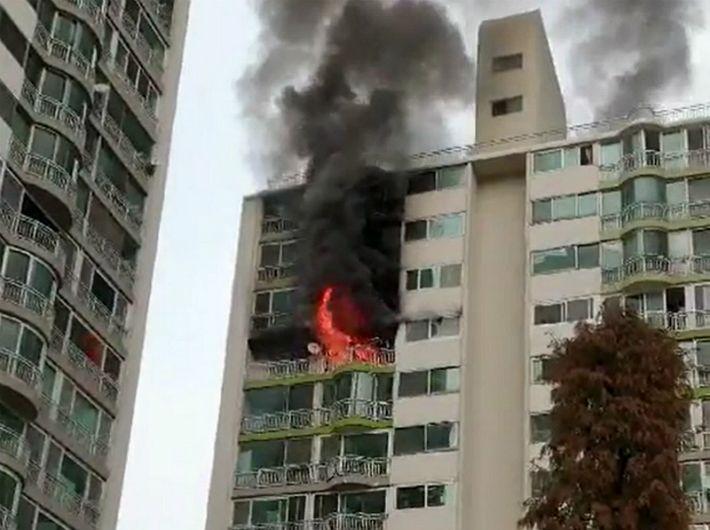 """[영상]""""옥상문 잠겼었다"""" 군포 아파트 화재 유족 '진상 규명' 촉구"""