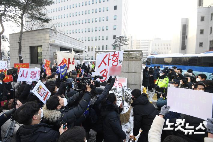 """""""정인이 양부모 사형하라""""…분노하는 법원 앞 시민들"""