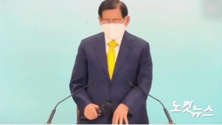[단독]'휠체어 재판' 이만희, 하루 만에 1시간 서서 강의