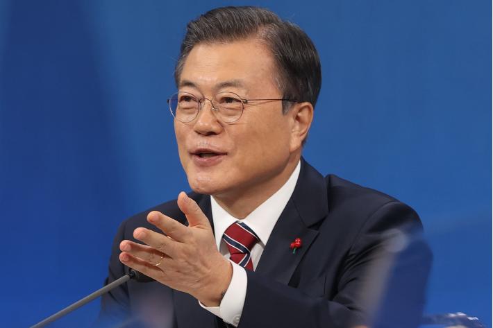 """문대통령 """"위안부 판결 솔직히 곤혹""""…일본에 잇단 유화 손짓"""