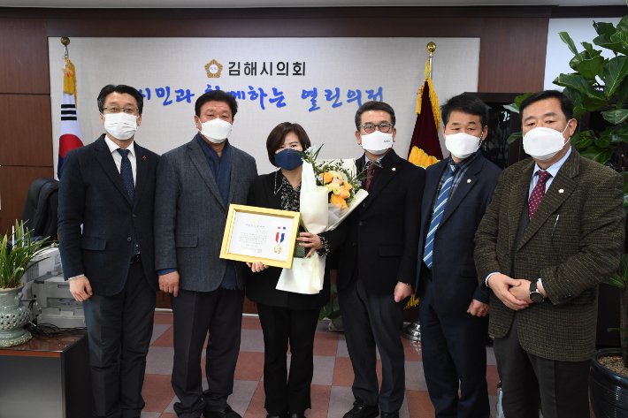 코로나 극복 힘쓴 주정영 김해시의원 '지방의정봉사상'