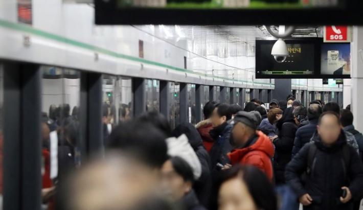 """강풍 속 지하철 운행중단·결함 문제 발생…""""승객 불편"""""""