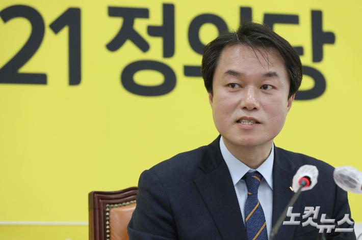 [속보]정의당, '성추행 혐의' 김종철 전 대표 당적 박탈