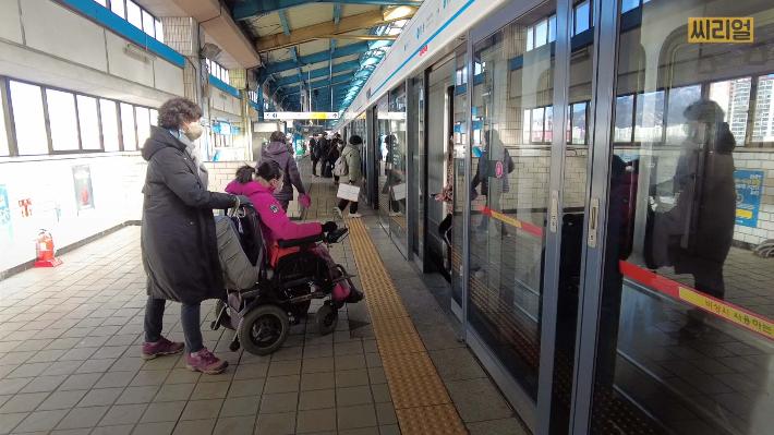 [씨리얼]장애인인 내가 지하철을 타겠다는데, 왜들 투덜대나요?