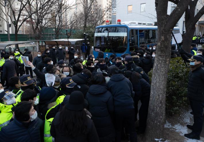 '정인이 양부모 재판' 법원 앞 시위대가 경찰 폭행해 수사 착수