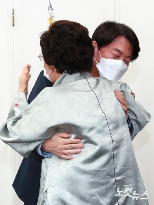 이용수 할머니와 포옹하는 안철수 대표