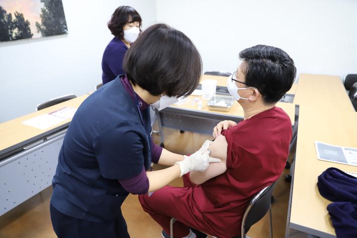 에스포항병원 소속 보건의료인, 코로나19 백신 예방접종 시작