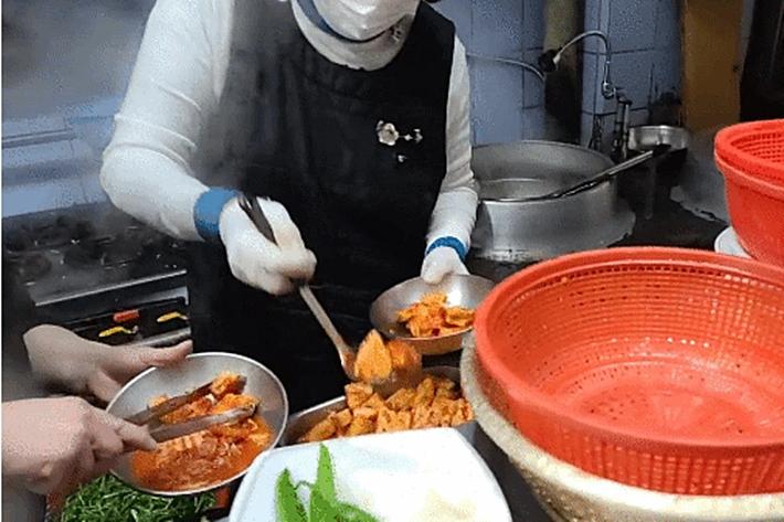 고모 국밥집 찾은 BJ…생방중 '음식 재탕' 덜미