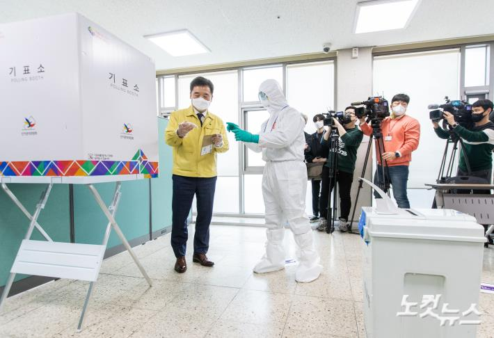 코로나19 확진자 대상 특별사전투표소 현장 점검 - 노컷뉴스