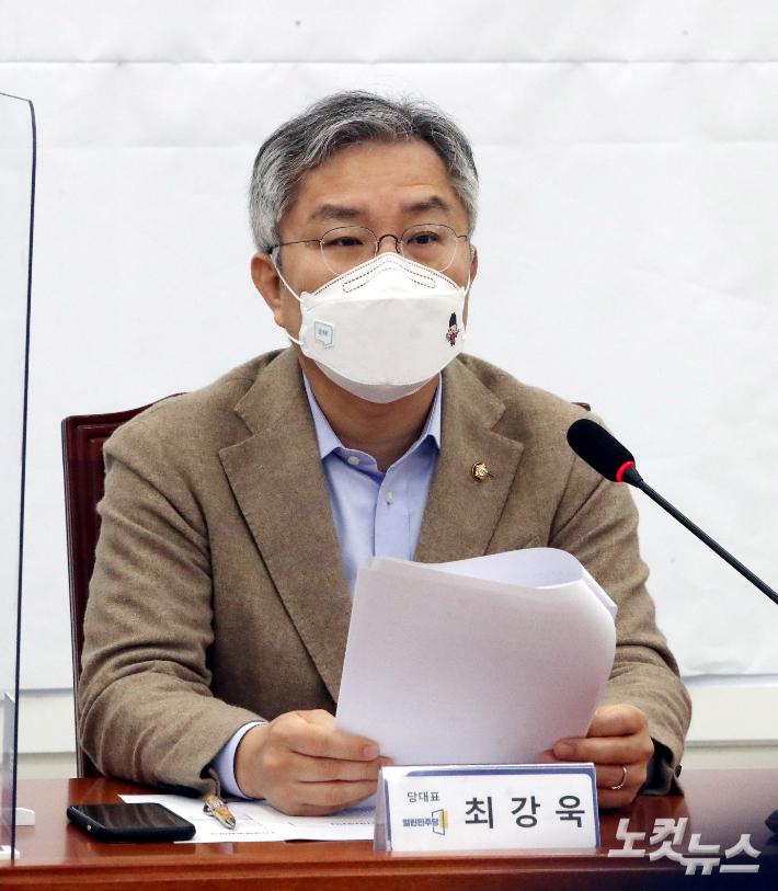 """최강욱 """"조국 아들? 고등학생 때부터 인턴""""…檢 """"허위 발언"""""""