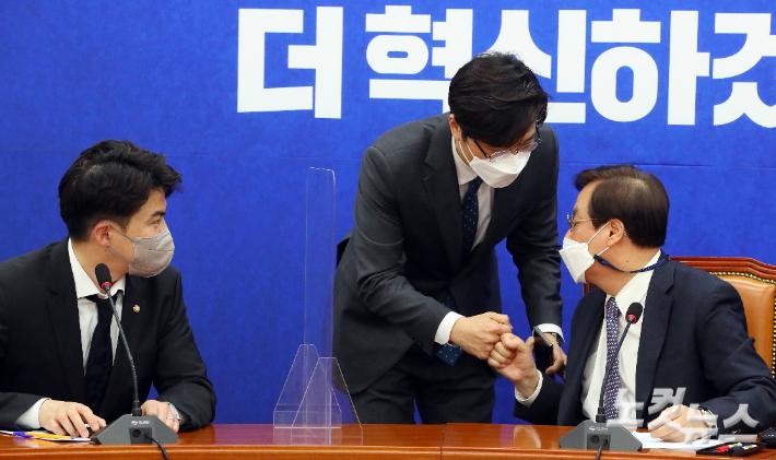 """與 최고위원 선출 이견 분출…2030 초선도 """"전대서 뽑아야"""""""