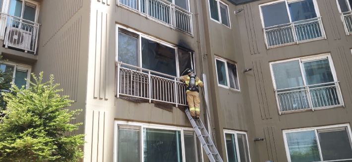 전주 장동 아파트서 화재…24명 구조 인명피해 없어
