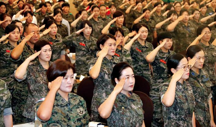 """""""여성, 왜 군대 안 가?"""" vs """"여성도 고통받아라? 잘못된 방향"""""""