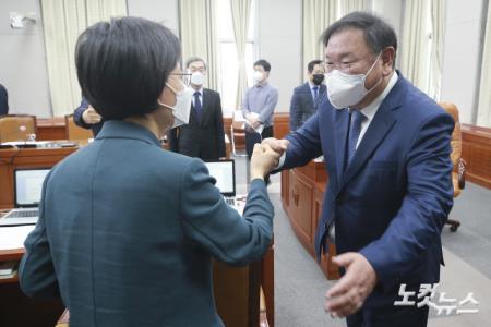 정의당 강은미 원내대표와 인사하는 김태년 운영위원장