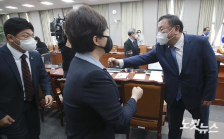 야당 의원들과 인사하는 김태년 운영위원장