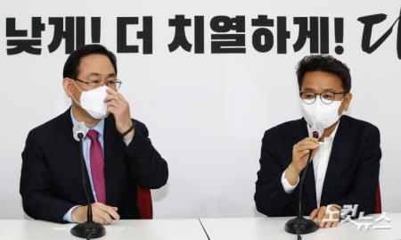 국민의힘 주호영 대표 권한대행과 만나는 이철희 청와대 정무수석